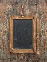 antieke schoolbord op houten structuur. rustieke achtergrond foto