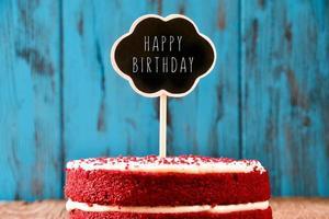 bord met de tekst happy birthday in een taart foto