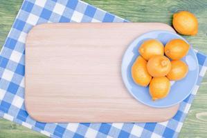 typische gele citroen op een groen bord ruimte voor tekst foto