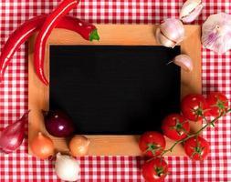 zwart bord voor menu op een tafelkleed