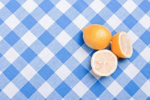 typische gele gesneden citroen op een groen bord foto