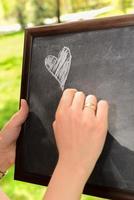 bewaar de datum bruiloft fotografie boeket en schoolbord buiten foto