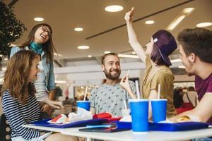 vrienden in het winkelcentrum foto