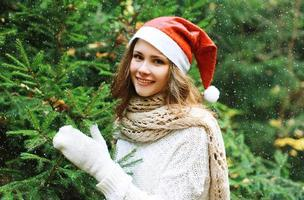 Kerstmis en mensenconcept - gelukkig jong meisje foto