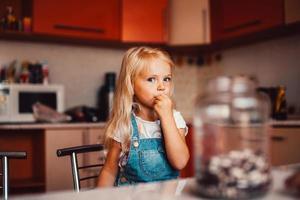 meisje op keuken foto