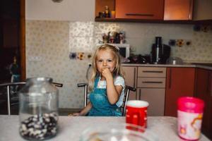 dochter in de keuken foto