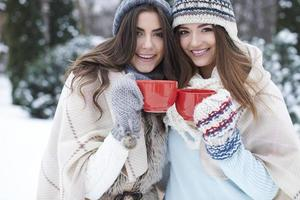 slok hete thee om op te warmen foto