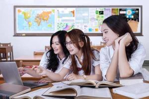 groep vrouwelijke studenten die studeren in de klas foto