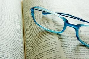 bril op een woordenboek foto
