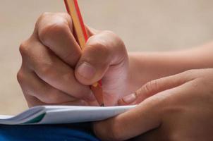 potlood schrijven op papier foto