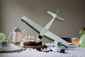 modelvliegtuig in verjaardagstaart foto