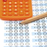 antwoordblad testscore met potlood en rekenmachine foto