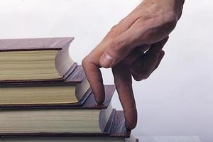 stapel boeken duimen foto