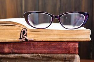 vintage leesbril op het boek foto