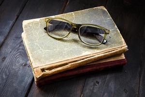 vintage leesbril op de stapel boeken