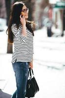 prachtig model loopt met telefoon foto