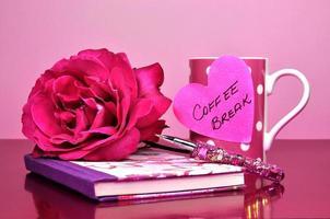 mooie roze bling kantooraccessoires en iconische vrouwelijke symbolen. foto