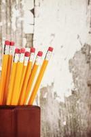 gele potloden in potloodhouder foto