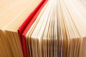 bovenaanzicht van oude gebruikte kleurrijke hardback boeken. foto