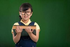 schoolmeisje met een boek