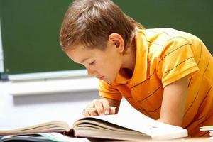 lezende jongen foto