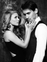 mooie sensuele paar in elegante kleding poseren in studio foto