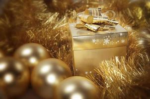 gouden kerstcadeau en kerstballen foto