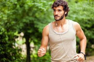 jonge man doet joggen buiten foto