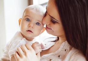 klein meisje met haar moeder foto