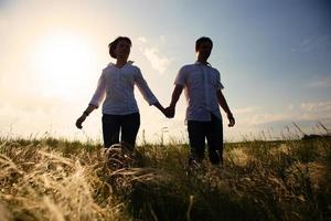 gelukkige paar buiten, zomer foto