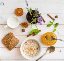 ontbijt met ontbijtgranen, melk en donuts foto