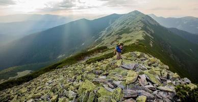 wandelaar baant zich een weg in de Karpaten foto
