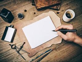samenstelling van vintage elementen en hand tekenen op blanco pagina foto
