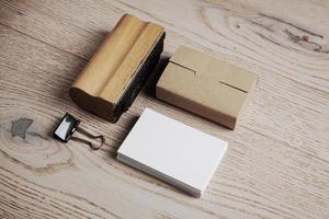 set office-elementen op de houten achtergrond foto