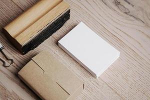 office-elementen op de houten achtergrond. horizontaal foto