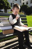 kleine student studeert foto