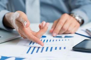 zakenman studeren grafiek foto