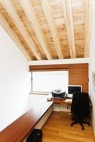 ingebouwde mezzanineniveau studie in huis foto