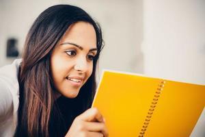 gelukkig Indiase studente onderwijs schrijven studeren