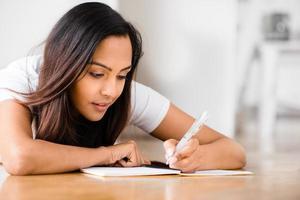 gelukkig Indiase studente onderwijs schrijven studeren foto