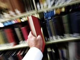 het vinden van het juiste boek in de bibliotheek foto