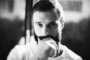 BW portret van een bebaarde man met t-shirt op de foto