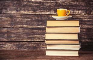 boeken en kopje koffie op houten achtergrond. foto