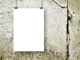 een vel papier met clips foto