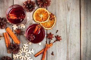 Kerstmis warme wijn op een rustieke houten tafel foto
