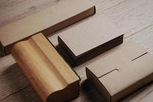 Office-elementen op de houten tafel. horizontale set foto
