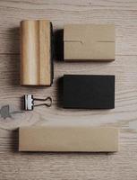 set van klassieke office-elementen op de houten achtergrond. verticaal foto