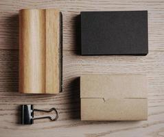 bovenaanzicht van klassieke office-elementen op de houten achtergrond foto