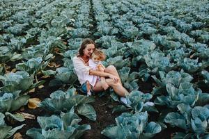 moeder en dochter op het veld met kool foto