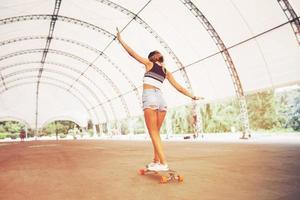 mode levensstijl, mooie jonge vrouw met longboard foto